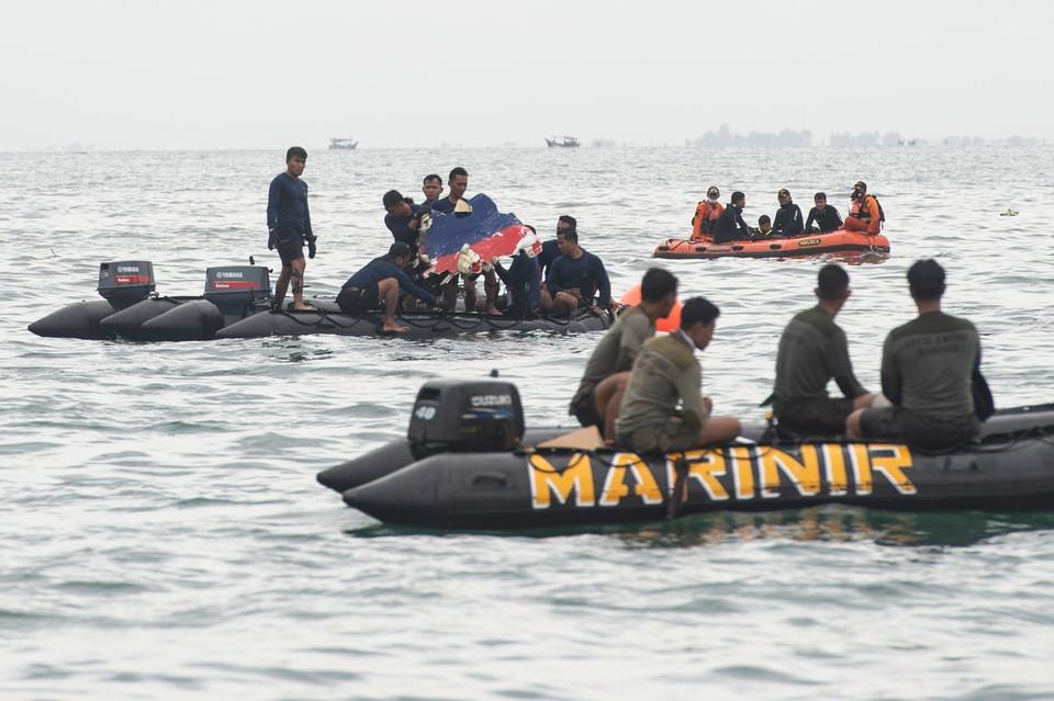 Потерпевший крушение в Индонезии лайнер мог разрушиться от удара о воду