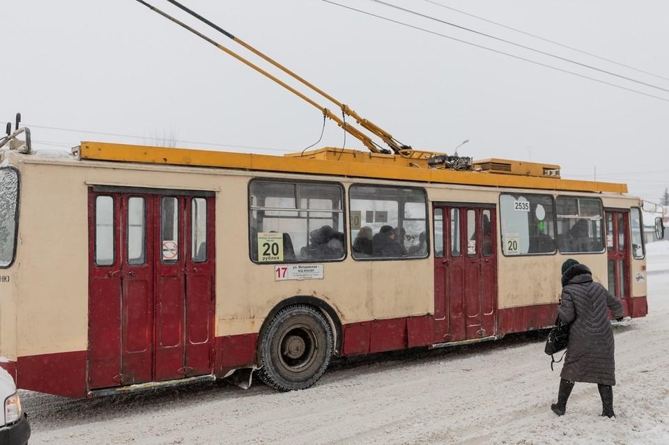 Водитель троллейбуса влетел в ограждение
