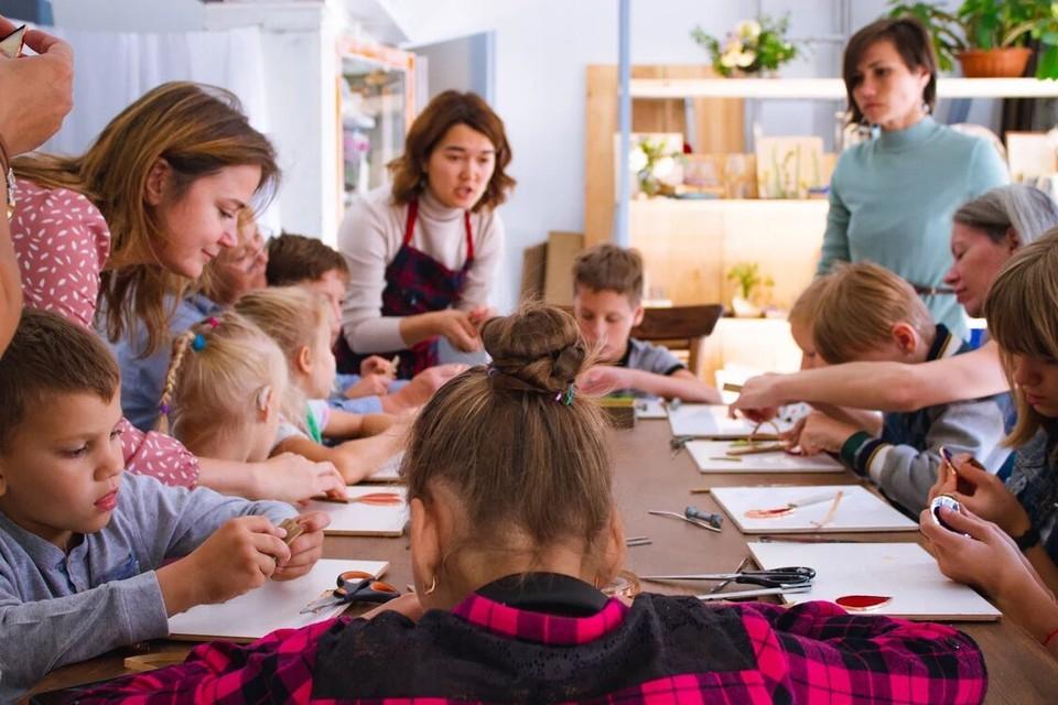 Постоянными посетителями мастерской уже стали четыре десятка ребятишек