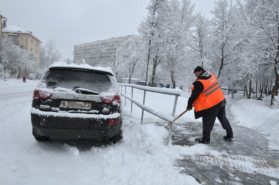 На лестницах, виадуках и тротуарах Владивостока еще не убран снег