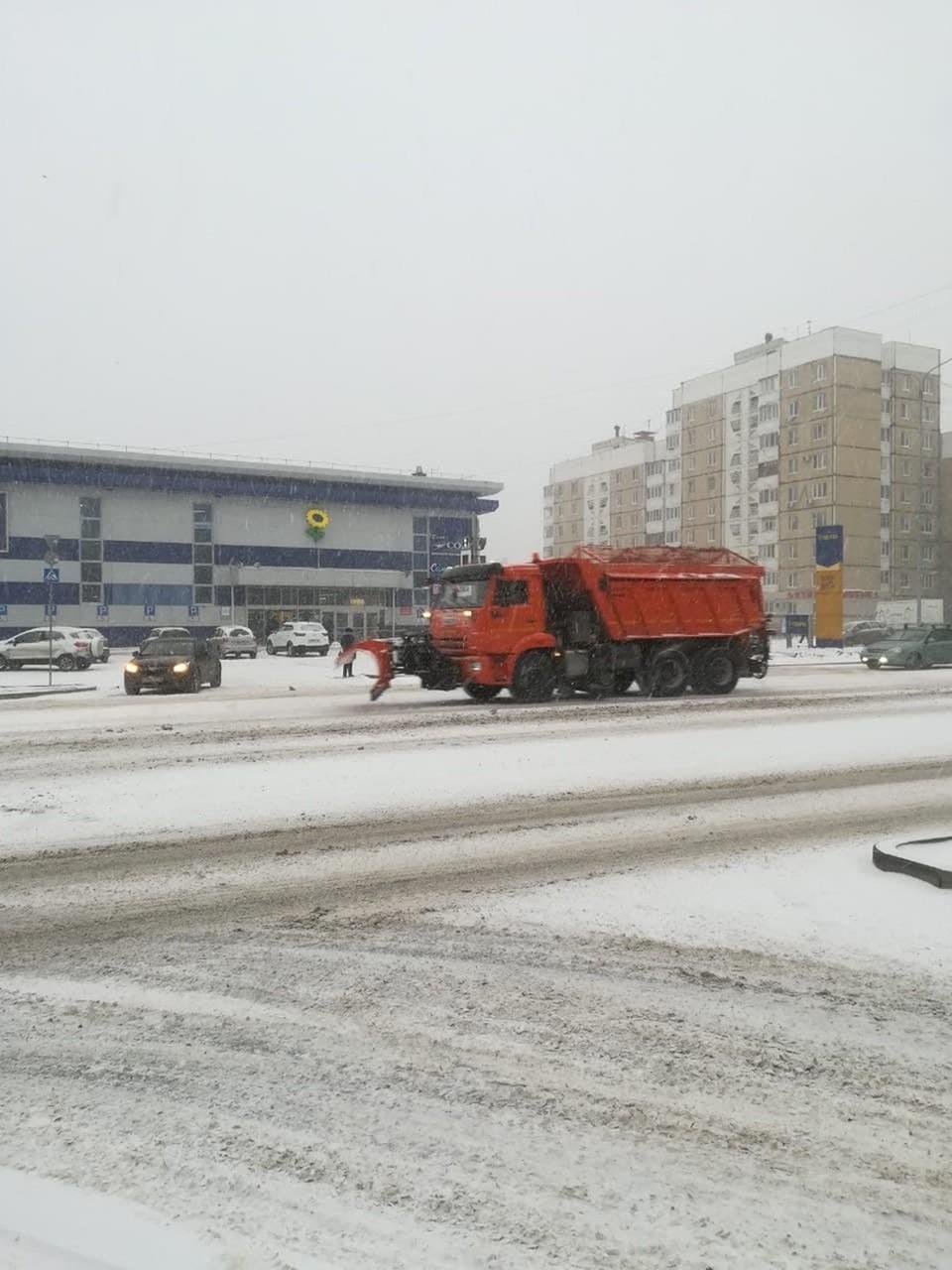 На уборку Белгорода от снега вышло 275 человек и 85 единиц техники. Фото со страницы ВКонтакте мэра Белгорода Юрия Галдуна