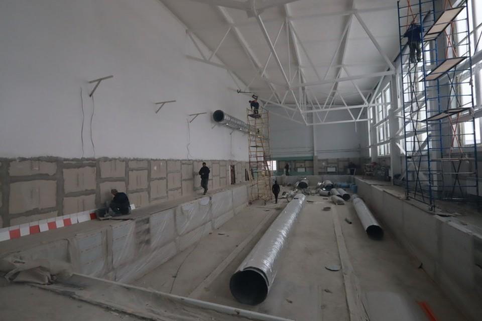 В строящемся бассейне в Фокинском районе Брянска начали акустическое напыление потолка.