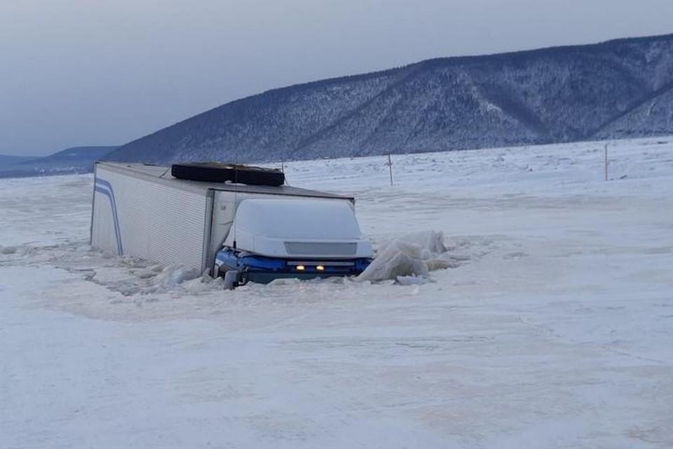 В Хабаровском крае груженая фура ушла под лед на недавно открытой ледовой переправе