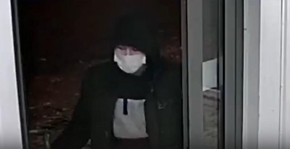 Предполагаемый грабитель попал на камеры видеонаблюдения ТОКа.