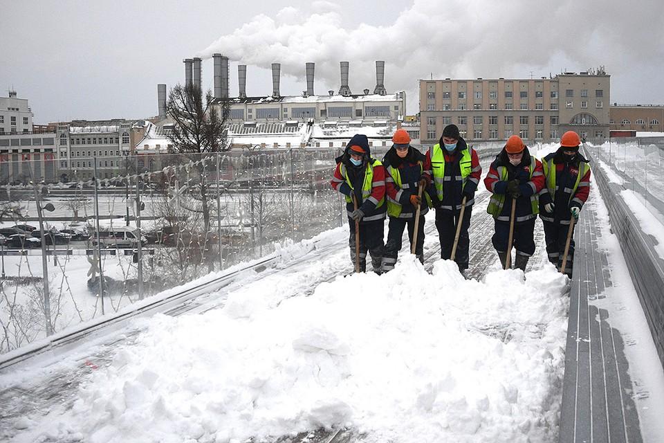 Коммунальщики Москвы устраняют последствия сильного снегопада.