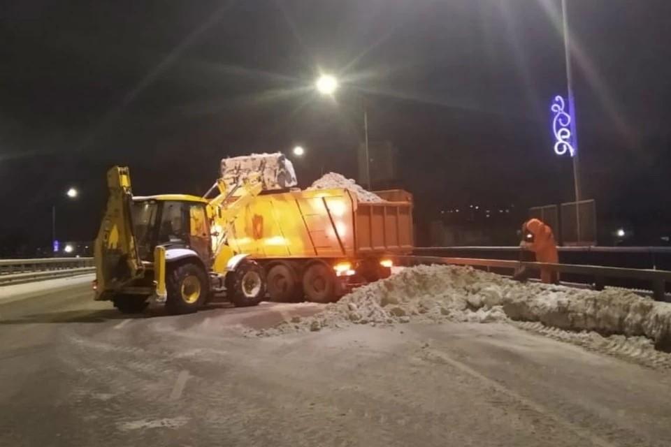 Снег с городских улиц вывозят ежедневно с 20.00 и до поздней ночи. Фото: admkirov.ru