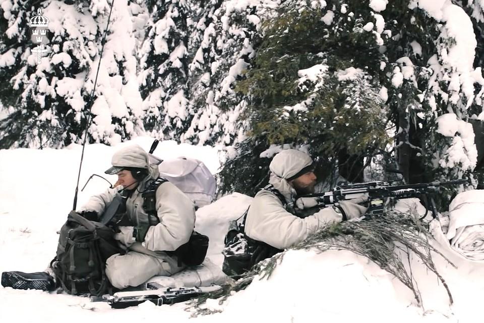 Шведские солдаты во время зимних учений.