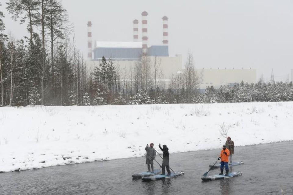 Сплавлялись по каналу серфингисты на надувных сап-бордах. Фото: Управление информации и общественных связей «Белоярская атомная станция»