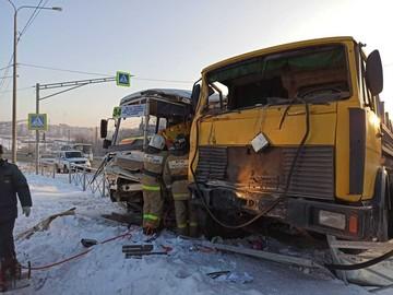 В Орле грузовик протаранил маршрутный автобус