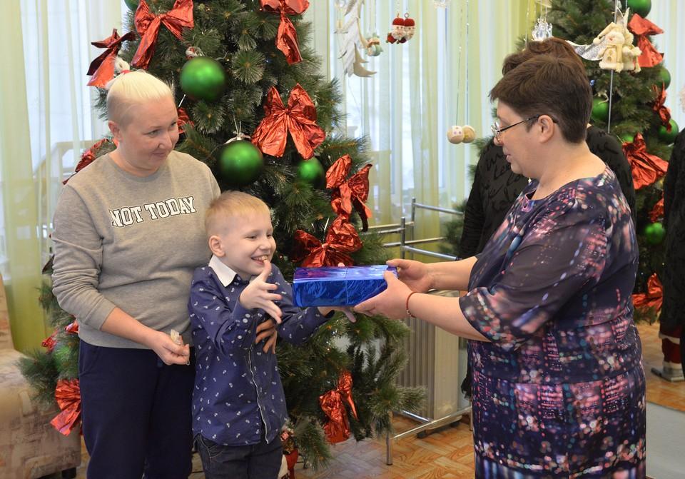Детишки получили заветные новогодние подарки. Фото Александр Волошин.