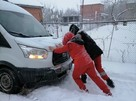 «С толкача»: В Краснодаре девушки-медики вызволили из снежного плена неотложку