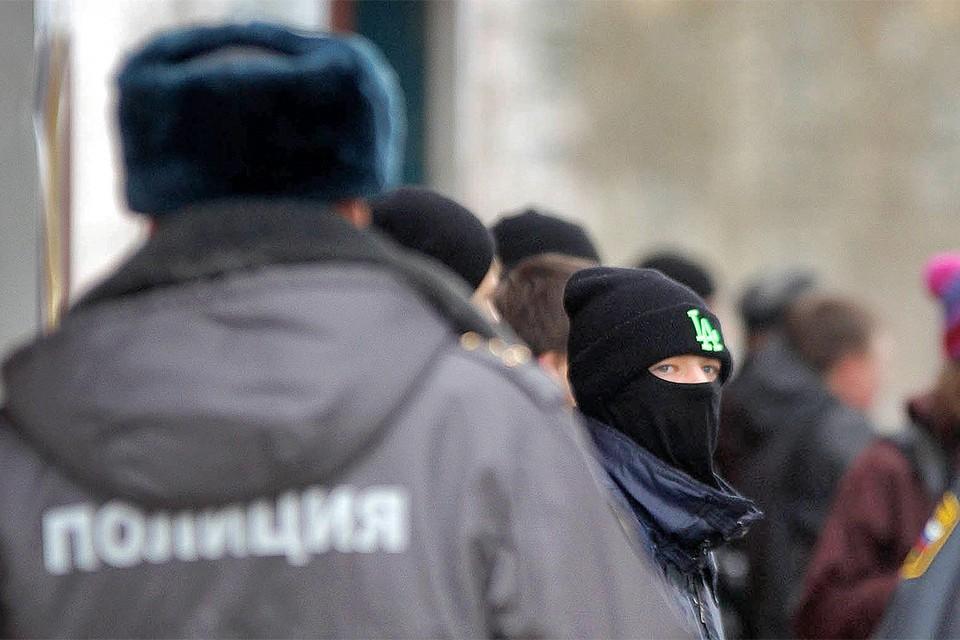 Подросток и полицейские на митинге в Екатеринбурге.