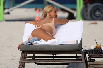 Отпуск без мужа: Папарацци сняли Лопыреву на пляже в Майами с другим мужчиной