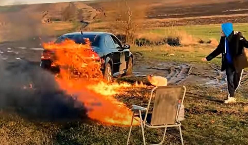 """Видео, как житель Молдовы сжег свою машину и все сбережения ради лайков в сетях: """"Я сделал то, что до меня не делал никто в нашей стране"""""""