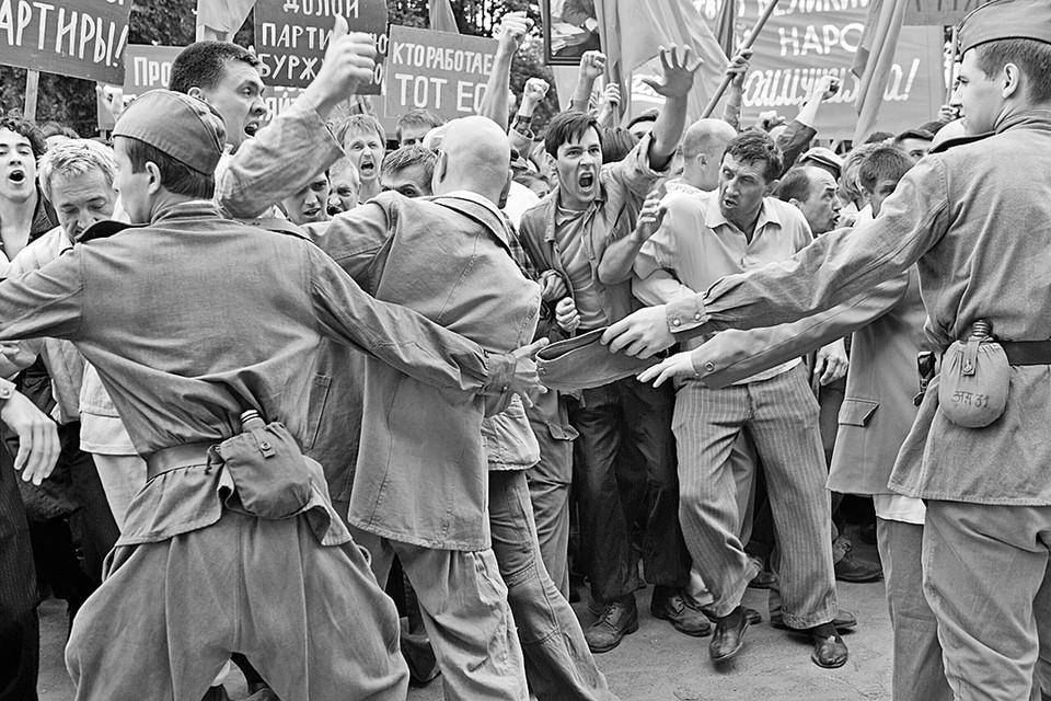 События были дикие, спонтанные и мало укладывающиеся в современную либеральную оппозицию «народ и власть». Фото: Кадр из фильма