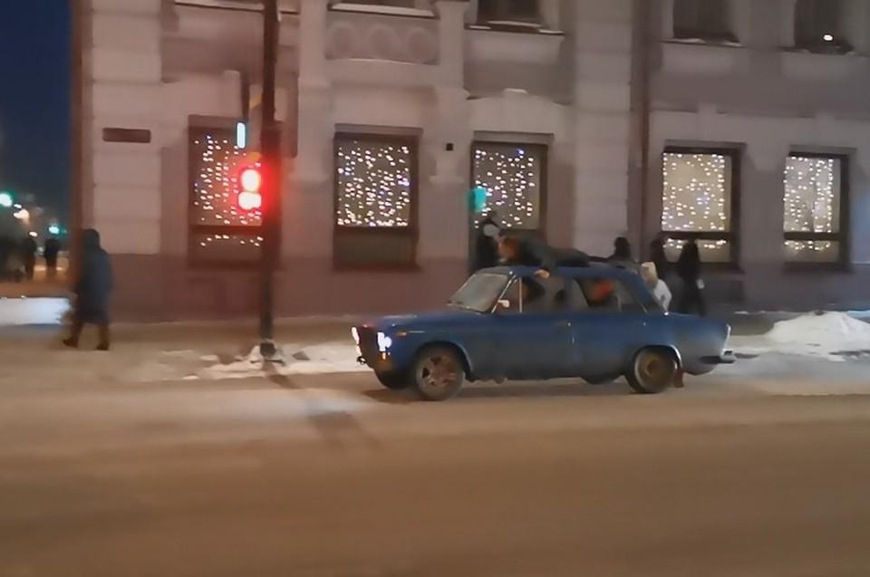 Пассажир решил прокатиться на крыше авто