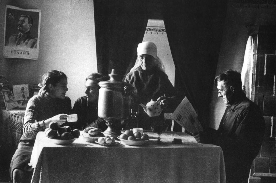 Чаепитие после очередного трудового дня в семье переселенцев Алексеевых, в 1950 году живших в поселке Вишневое под Зеленоградском.