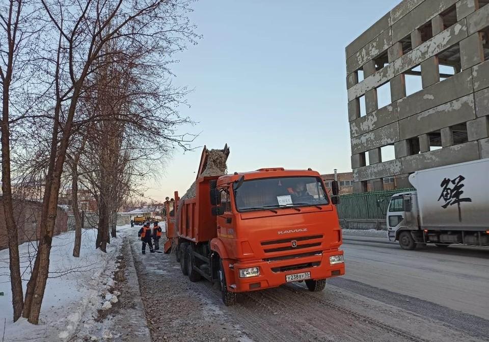 В Омске начали активно убирать снег с дорог. Фото: пресс-служба Администрации Омска