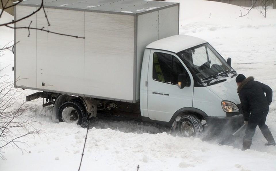 На дорогах - снежные заносы, предупредили в ГИБДД