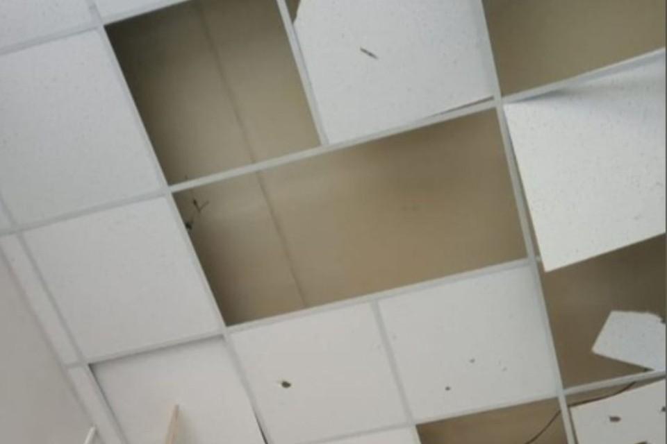 Подростки разрушили подвесной потолок на вокзале станции Коса. Фото: Кировский линейный отдел МВД РФ на транспорте