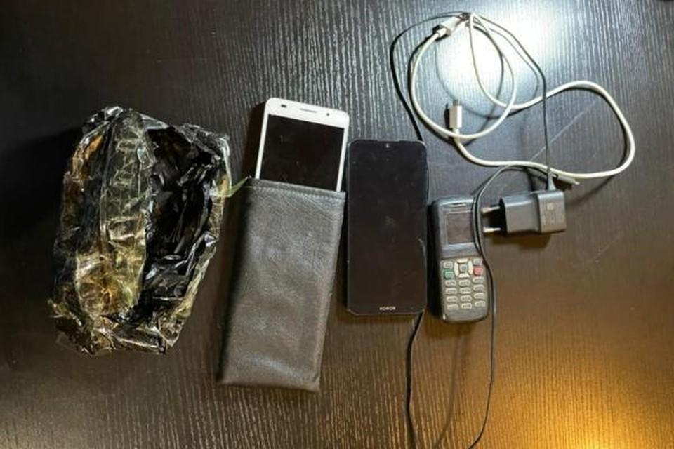 Три телефона злоумышленник собирался перебросить на территорию ИК-22. Фото: пресс-служба ГУФСИН по Приморскому краю