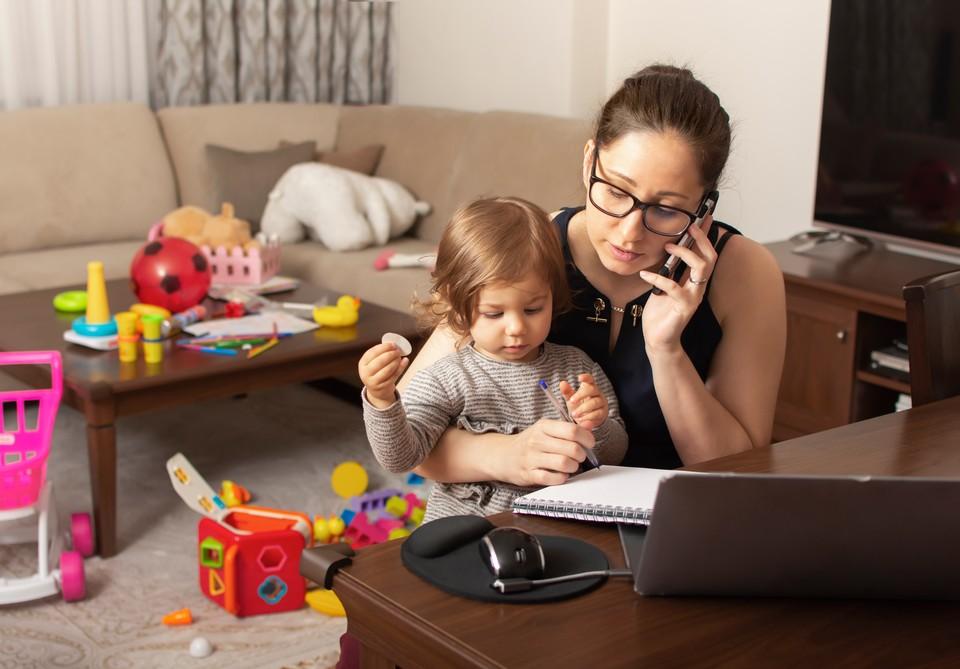 Московский проект «Мама-онлайн» открыл запись на очередные образовательные курсы.