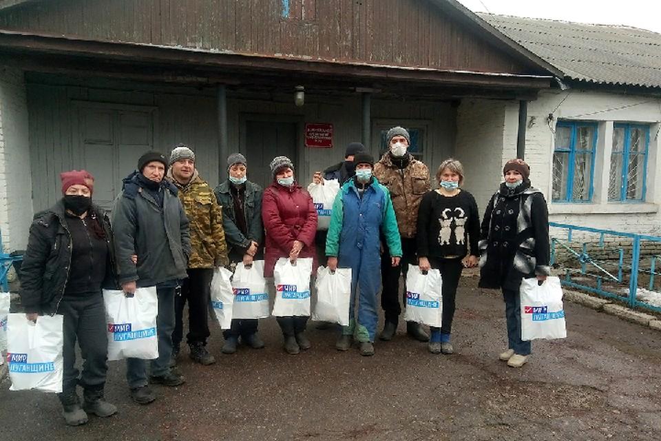 В прифронтовых поселках Южная Ломоватка, Анновка и Вергулевка прошла выдача продуктовых наборов жителям. Фото: mir-lug.info