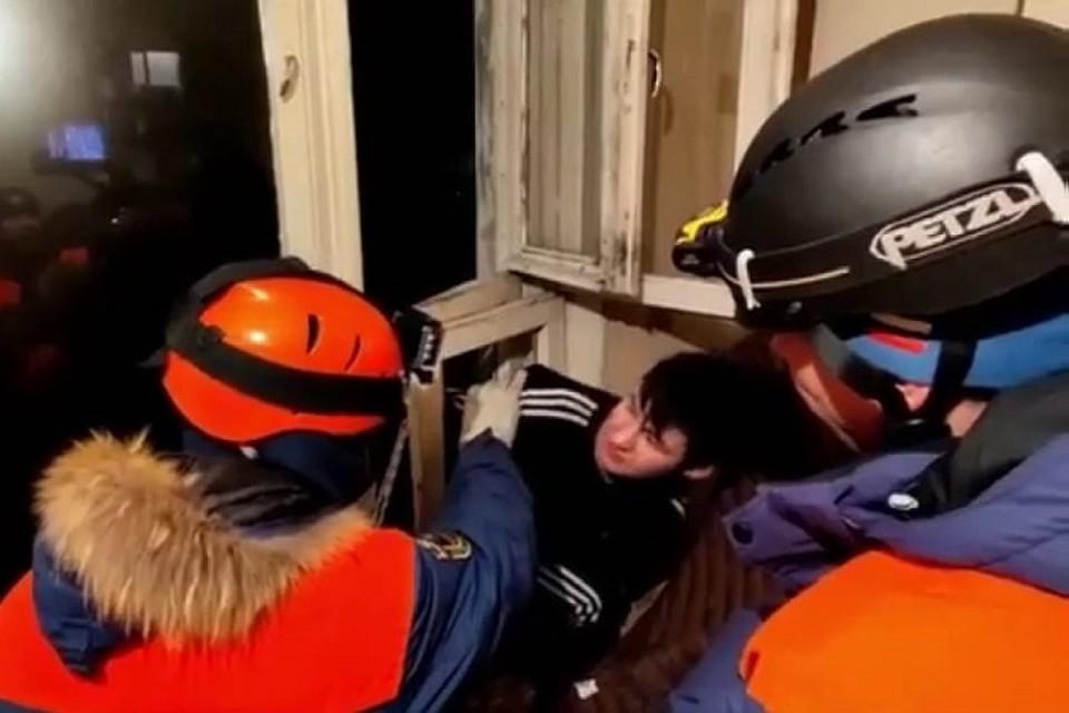 Форточка стала настоящей ловушкой для молодого человека. Фото: Магаданский филиал ДВРПСО МЧС России