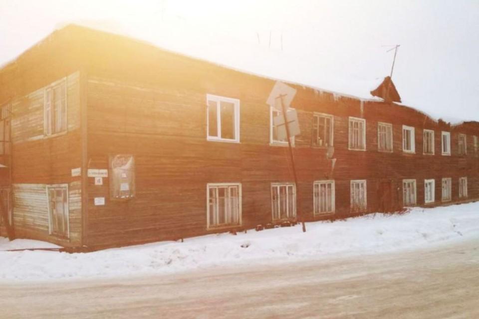Двухэтажный барак 1936 года постройки был признан аварийным еще в 2018 году. Фото: onf.ru