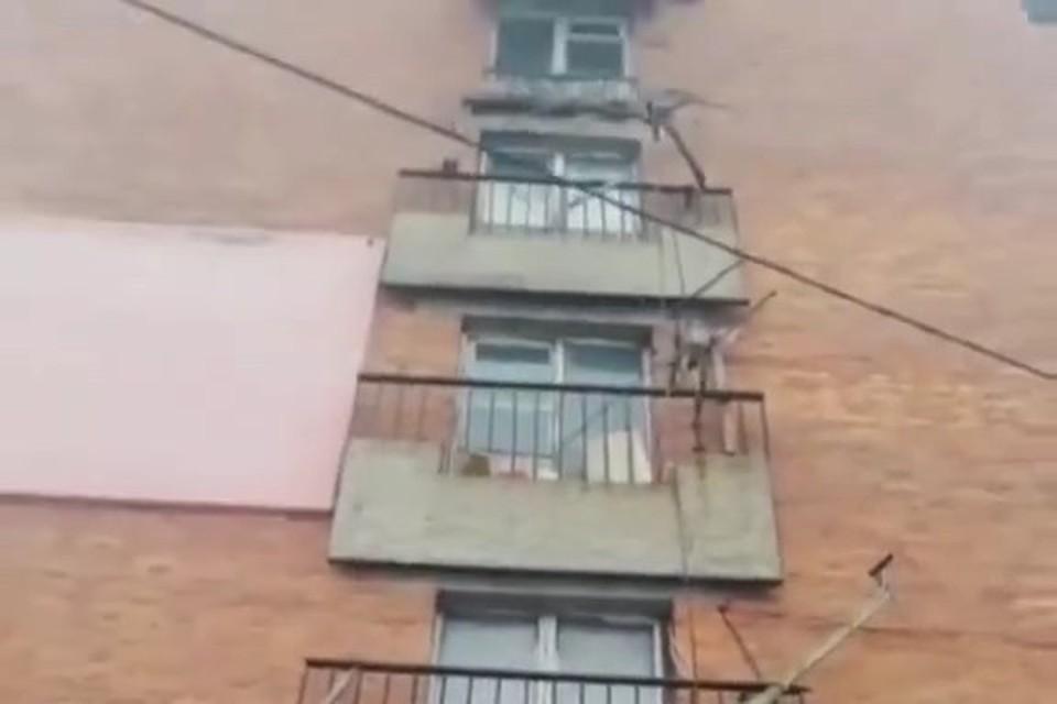"""Во Владивостоке в доме на улице Часовитина упал """"ложный балкон"""". Скриншот видео: newsbox24.tv"""
