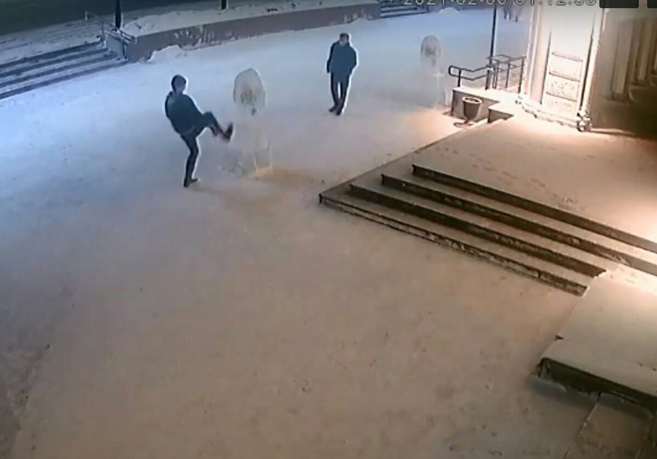 Вандалы попали на запись камер наблюдения. Фото: скриншот видео (УМВД России по Омской области)