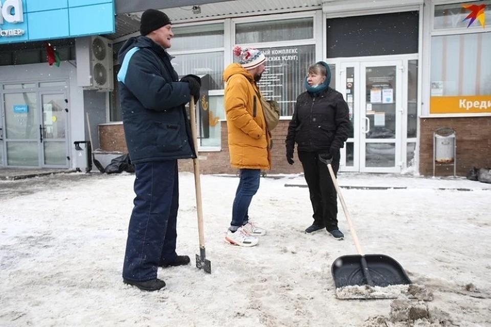 Минчан зовут убирать снег во дворах на субботнике.