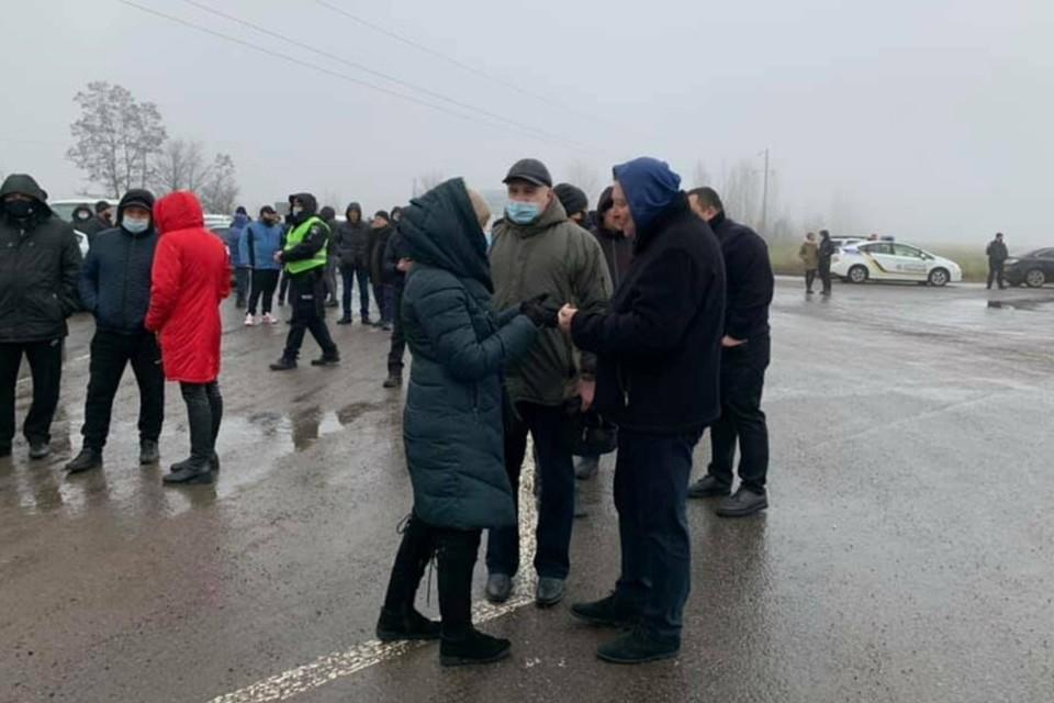 Сотни человек перекрыли трассу. Фото: 0629.com.ua