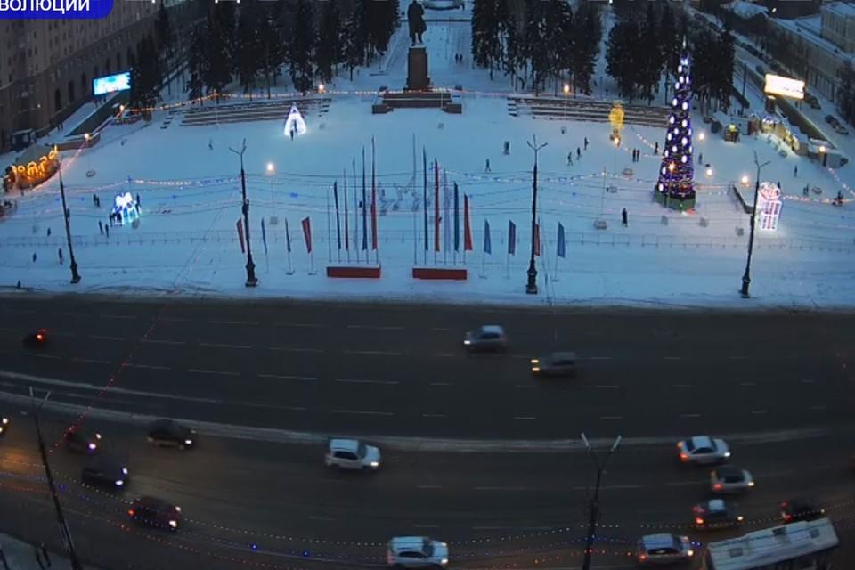 Так площадь Революции выглядит со световыми фигурами. Фото: уличные камеры «Интерсвязи»