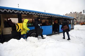 Буксуют фуры, МКАД едет по встречке: Что происходит на улицах Москвы в аномальный снегопад