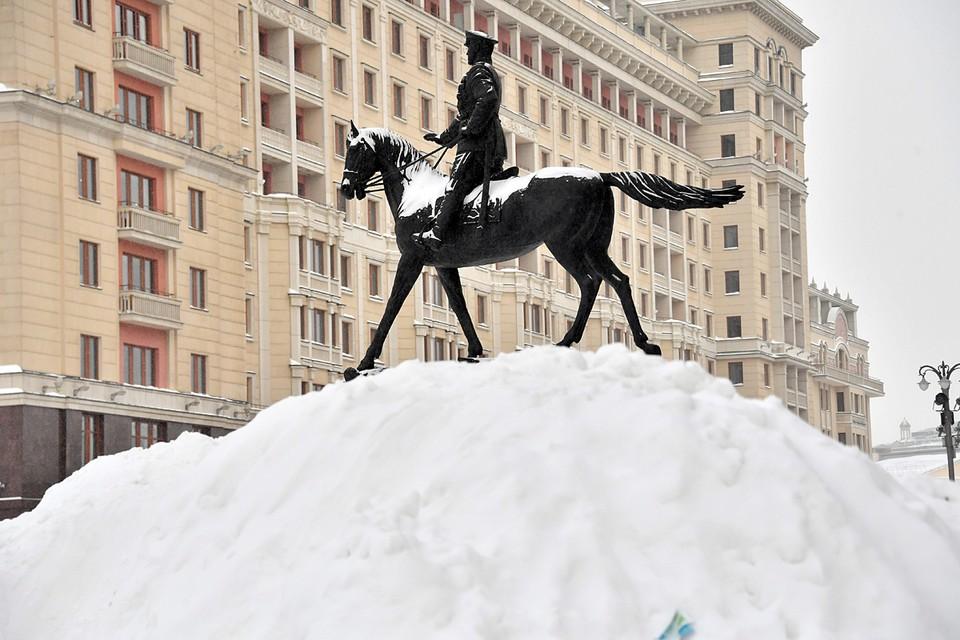 Пятница и суббота принесли москвичам немало хлопот. На город, в буквальном смысле этого слова, обрушилась снежная буря