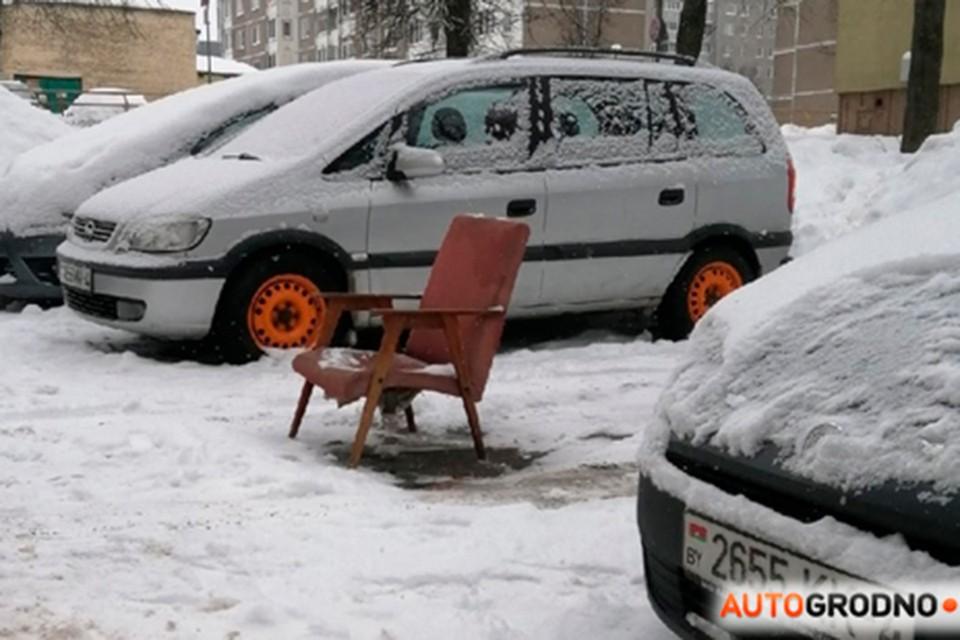 """Автовладелец """"припарковал"""" кресло, чтобы никто не занял место,которое он расчистил от снега. Фото: Автогродно."""