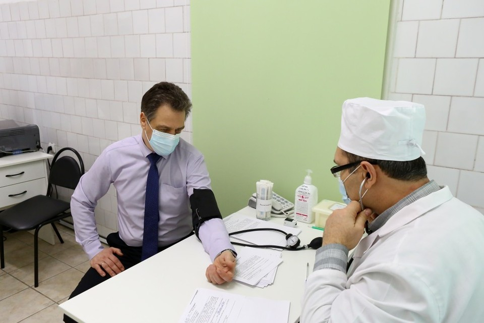 Прививки сделали зампредседателя правительства региона Михаил Богомолов и первый замминистра образования и науки Сергей Фролов