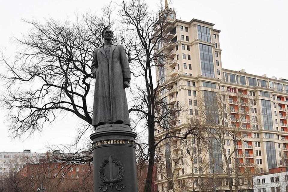 С просьбой вернуть памятник Дзержинскому на Лубянскую площадь Москвы выступили известные писатели и блогеры.