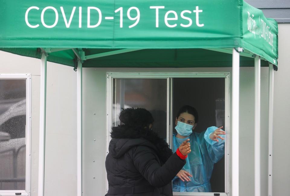 У пункта тестирования на коронавирус в лондонском аэропорту Хитроу.