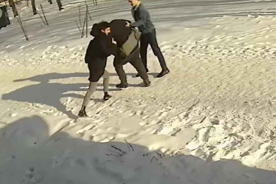 В Новополоцке пьяный мужчина ударил кулаком в лицо 13-летнего мальчика. Фото: скриншот с видео УВД Витебского облисполкома