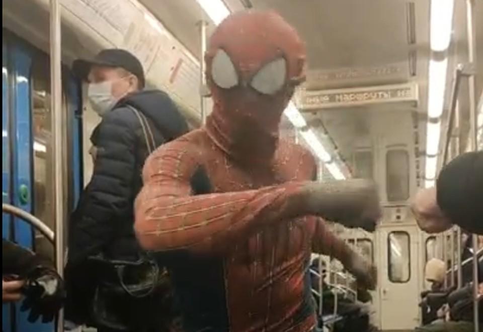 Человек-паук в метро.