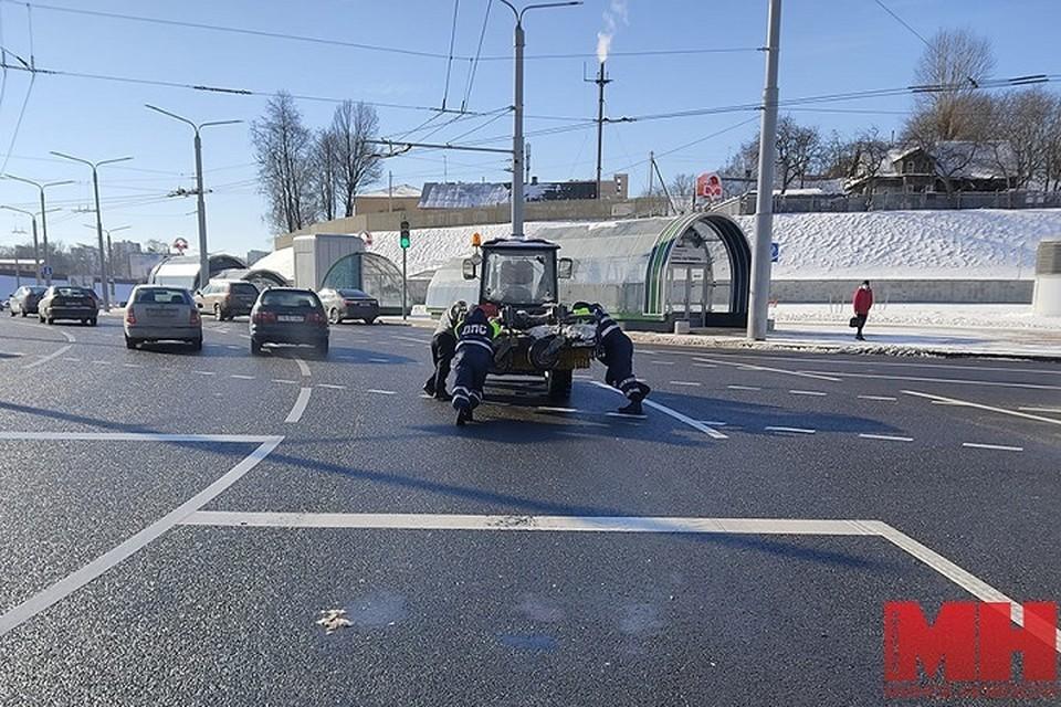 Гаишники и тракторист оттолкали трактор с оживленного места трассы. Фото: «Минск-Новости».