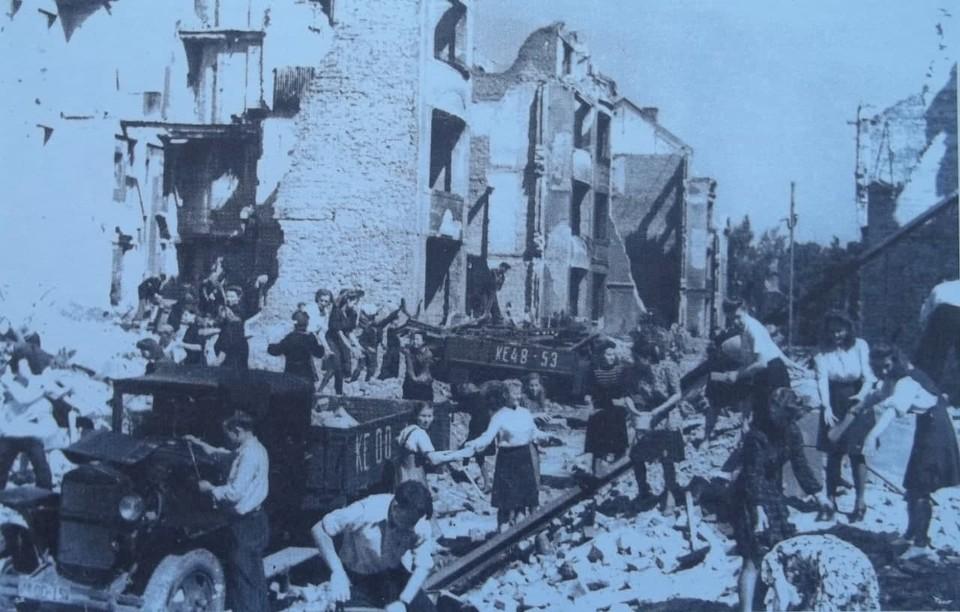 Студенты Калининградского государственного педагогического института во время работ по расчистке руин в областном центре.