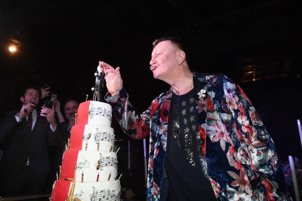 Юбиляру вручили роскошный торт с его же съедобной фигуркой.