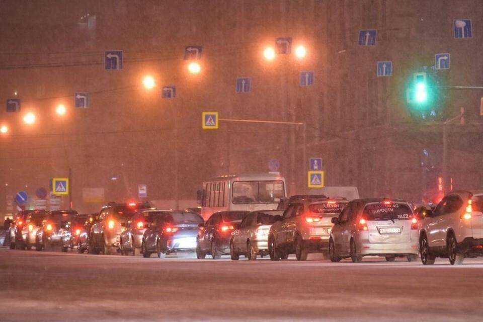 Из-за пробок на дорогах новосибирцы опаздывают на работу.