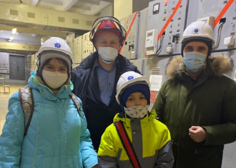 Мальчика и его маму пригласили на экскурсию на подстанцию «Ползуново»