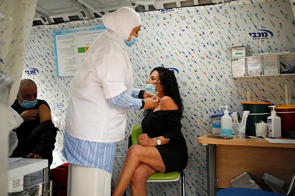 Более 4 млн человек в Израиле получили первый компонент вакцины, примерно 2,6 млн привиты полностью