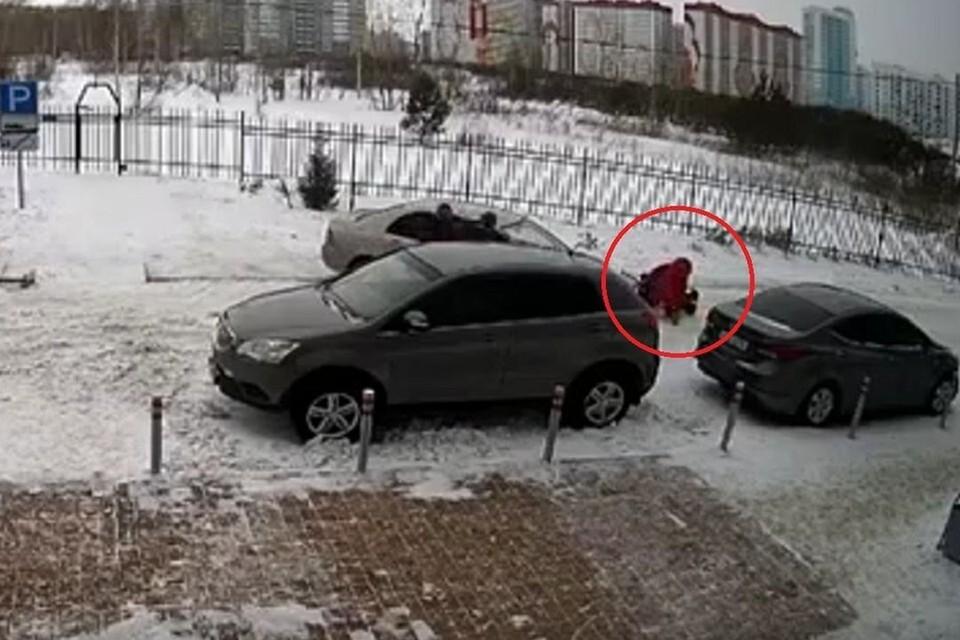 Инцидент произошел на парковке у дома. Фото: стоп-кадр