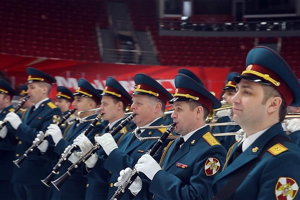Спортсмены и музыканты выступили вместе на льду под руководством начальника оркестра полковника Азата Шахмухаметова